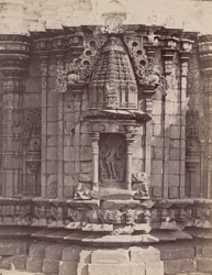 Close view of sculpture niche on wall of the Mallikarjuna Temple, Kuruvatti